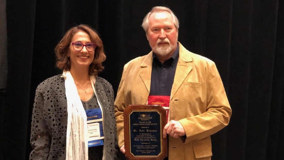 hinshaw accepts aquaculture society award